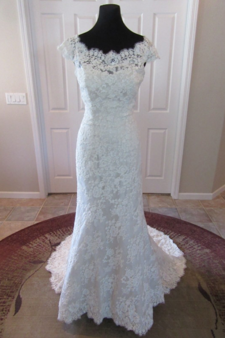 Scoop Cap-Sleeved Lace Mermaid Wedding Dress Featuring V Back